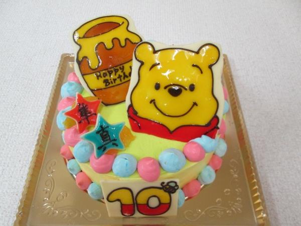 バースデーケーキに、プーさんとハチミツのつぼや星をプレートで